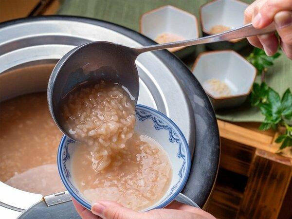 ◆ご朝食バイキング~郷土料理の茶粥。香ばしい釜煎り茶の香りと、さらさらした喉ごしが魅力です。