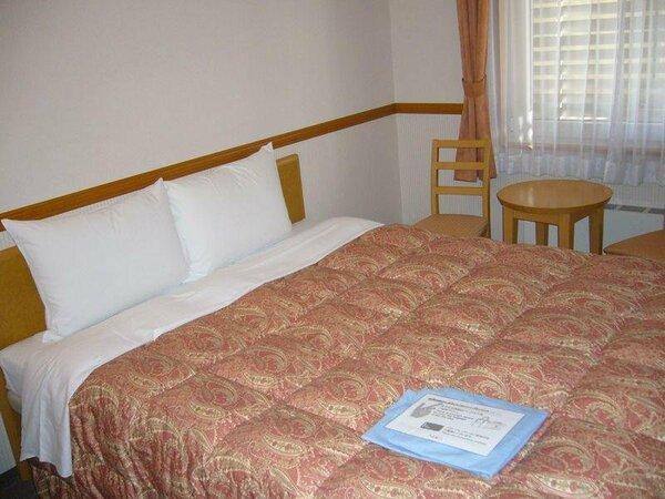 <ダブルルーム>幅160cmクイーンサイズのベッド使用。