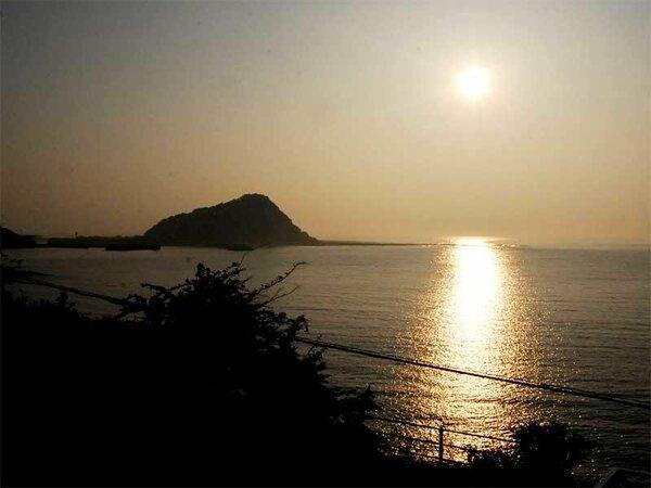 朝は日の出前の早起きがオススメ☆お部屋からも海から昇る朝日がご覧いただけますよ♪