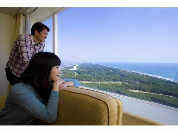 眼下には、黒松林の緑、太平洋の青い海、そして宮崎の青空が広がる