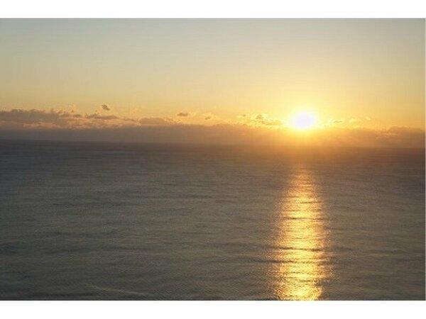 【日の出】客室からご覧いただく朝日は絶景。雄大な太平洋に昇るご来光を、是非大切な方と。
