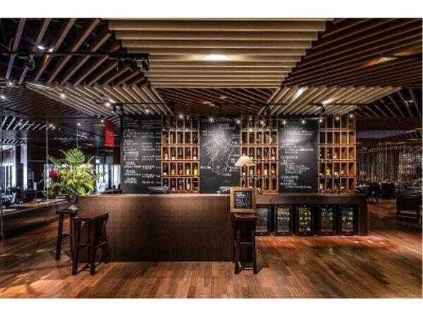 【パインエテラス】店内入口付近に新設されたリカーコーナーでは九州産のワインや日本酒、焼酎を販売