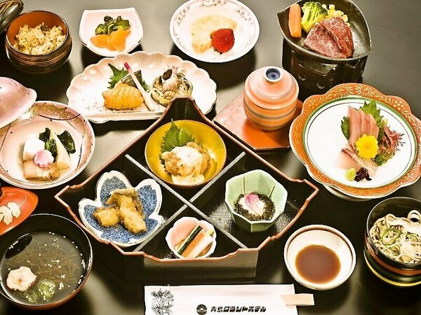 【和食会席一例】牛陶板焼、刺身三種盛りなど多彩な創作会席です。