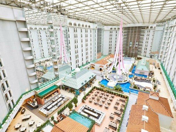 ◇ホテル3階のロビー。南欧をイメージした街並みにガラスの天井から自然光が降り注ぎます。
