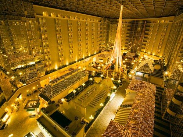 ◇夜のホテル3階のロビー。南欧の街並みに幻想的なイルミネーションが広がります。