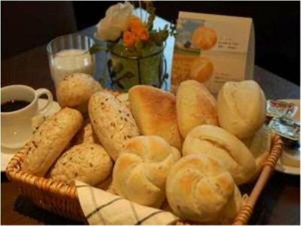 無料の朝食バイキングには、ヨーロッパ直輸入の4種類の無添加パンも召し上がれます。