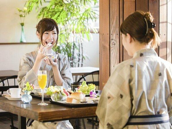 爽やかな日差しが差し込む会場で美味しい朝食をご提供(浴衣可)