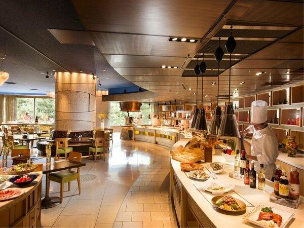 「フォレストガーデン」 アジア料理の専門シェフがお料理をお客様の目の前で調理します。
