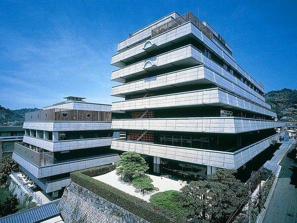 道後の高台にそびえる壮観は、巨匠・黒川紀章が全館を設計。