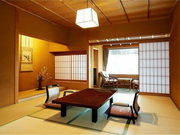 和室10畳の主室に大きな窓に面した広縁、凛とした床の間は落ち着いた雰囲気を味わえます。