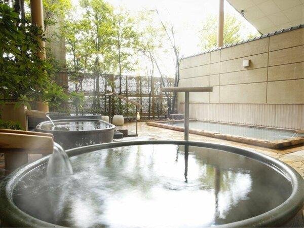 たっぷりのお湯にゆったり浸かる至福の時間を。露天風呂は朝夕入れ替え制で何度でも楽しめる♪