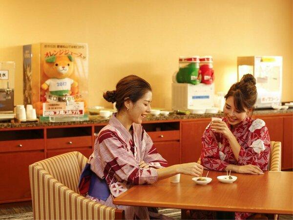 2階フリードリンクコーナーでは、松山銘菓にカフェメニューをご用意♪「蛇口からオレンジジュース」も体験