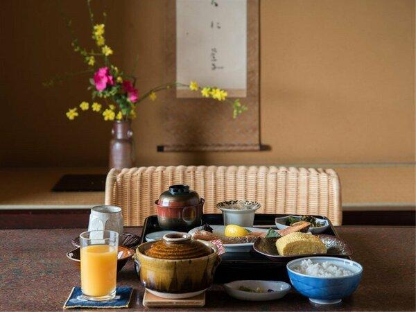*【ご朝食一例】朝はホッと落ち着く、湯豆腐や焼き鮭等・スンプルだからこそ味が際立つ和朝食をご用意