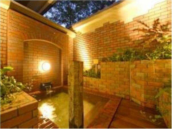 貸切風呂【参の湯】では古都に居ながらにして、煉瓦調の露天風呂。(無料/予約不要)