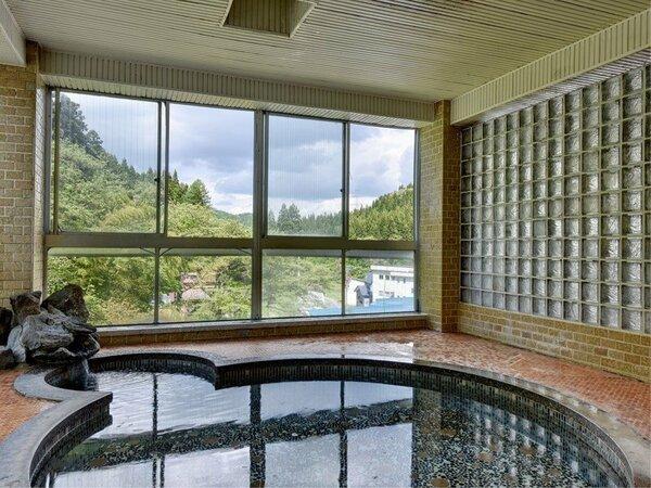 *大浴場 男湯 季節で変わる山間の景色をお楽しみください