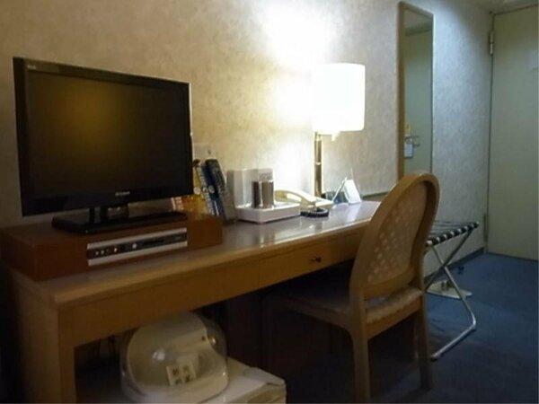 一部客室机周り。60W電球ですが、暗く感じられる方には電気スタンドの貸出ございます。