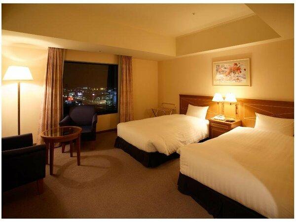 広めの26平米のツインルーム。開放感あふれる大きめの窓を採用し、広いライティングデスクやLANを装備