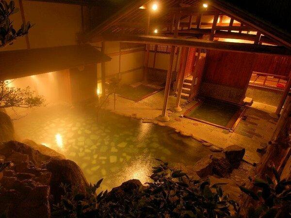 三朝の名湯が滝から注がれ、惜しみなく溢れる贅沢な掛け流しをお楽しみ下さい。(滝の湯)
