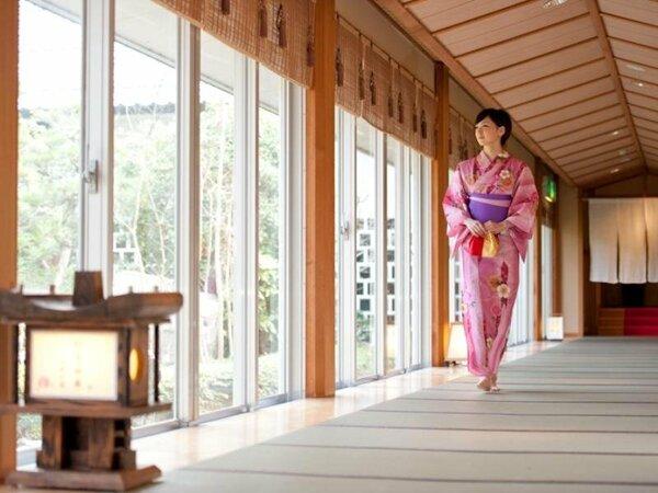 羽衣回廊からは日本庭園の四季のうつろいをご覧いただけます。