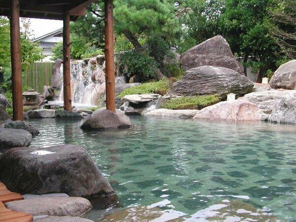 【心酔の湯】四季折々の変化も楽しめる自然と一体となった庭園露天風呂