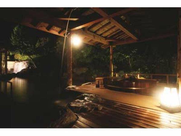 湯けむりと木の香りに包まれる露天桶風呂『うららの湯』(庭の湯)