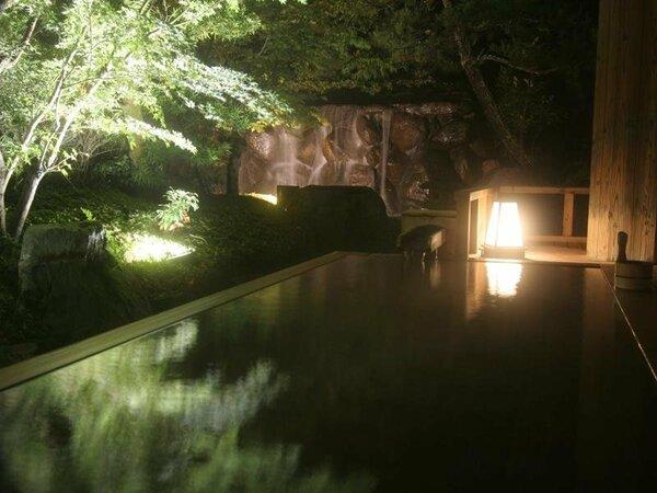 【こもれびの湯】(庭の湯)滝が流れ落ちる庭園を望むことができる露天風呂