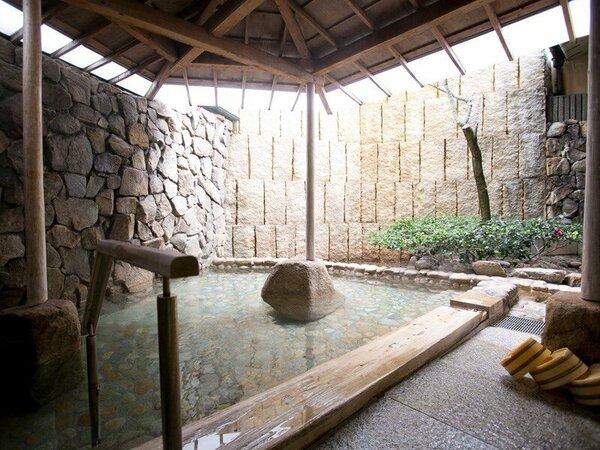~露天風呂~屋根が付いているので雨の日でも温泉をお楽しみいただけます。