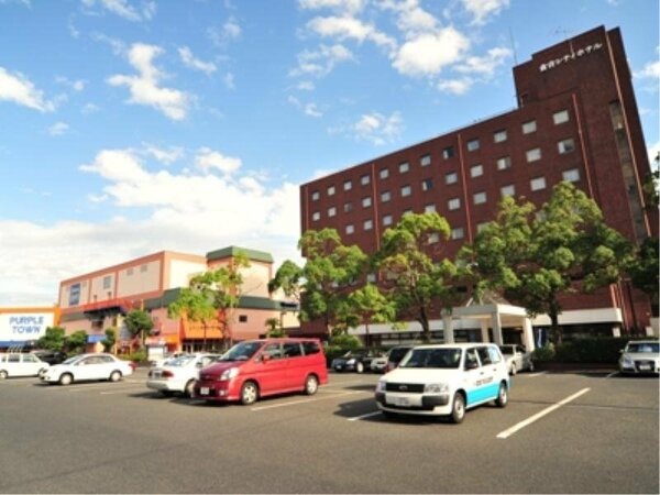 ホテル正面の無料駐車場と隣接したショッピングセンターで便利で快適!!