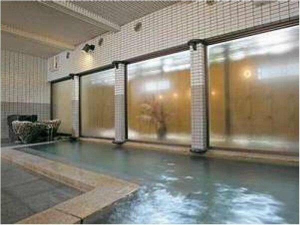 浜珊瑚を湯口に用いた大浴場