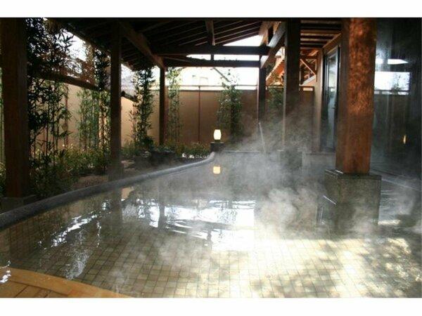 大浴場に併設して露天風呂がございます。澄んだ空気の中で入る露天風呂はとても気持ちが良いです。