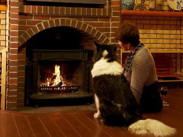 冬には、暖炉に火をくべて心に深く響く暖かさの中、憩いのひとときをお過ごしいただけます。