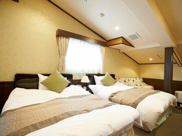 2階にある広めのお部屋です。切妻屋根が特徴のお部屋でワンちゃんとごゆっくりお寛ぎください。