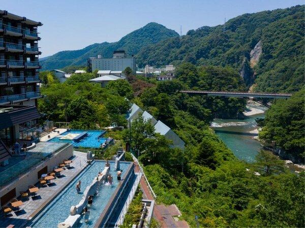 *【おぷ~ろ(イメージ)】温泉×プール=おぷーろ!鬼怒川を眺めてリラックスできます!