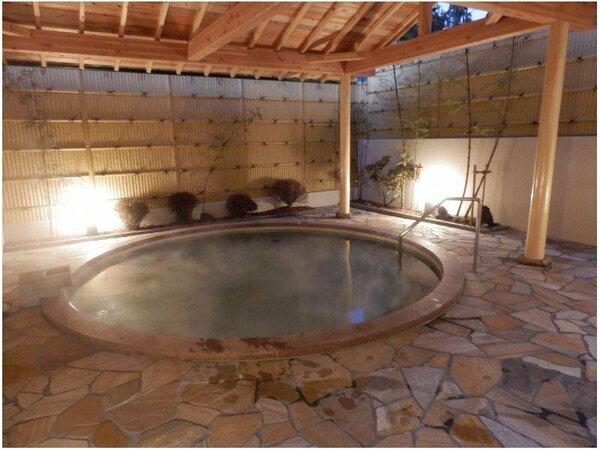 男性露天風呂。宿泊者は無料で夜は24時まで、翌朝は6時から9時30分まで利用可。