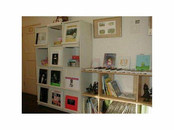 絵本、画集、コミックなど沢山の本がそろったライブラリー