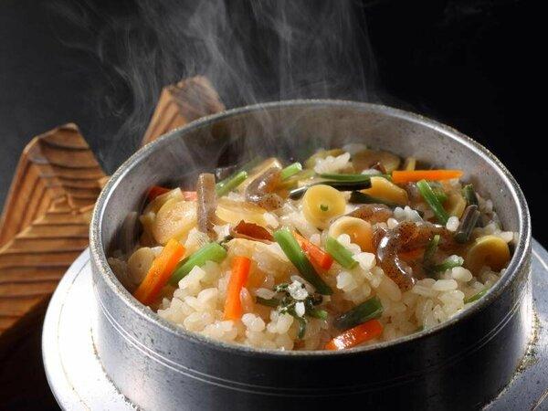 料理一例 山菜釜飯