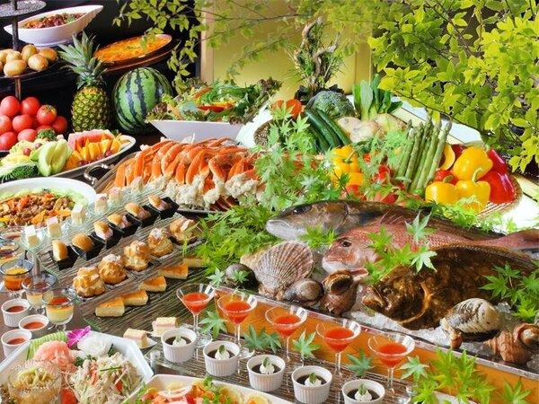 ◆夕食バイキング◆和洋中約約100種類をご用意しております。オープンキッチンで出来立てのお料理も♪