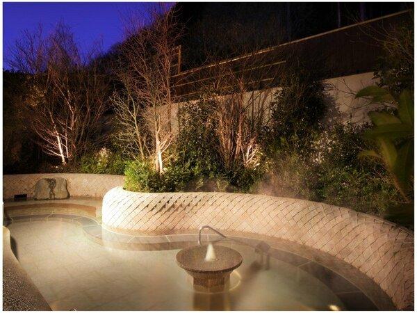 大浴場「深湯露天風呂」は立ったままの「立湯」や腰かけたり足ツボ刺激しつつ「足湯」も楽しめます!