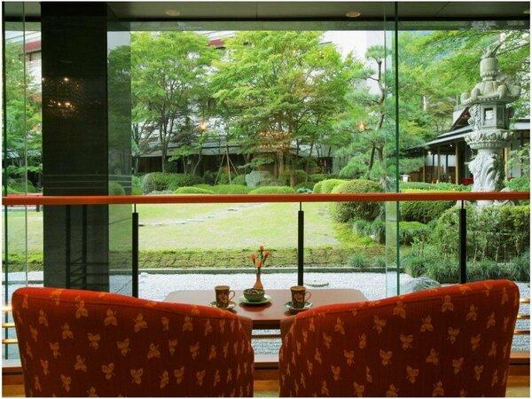 【ロビーラウンジ】季節の風情あふれる庭園を望むラウンジ。お茶をしながらくつろぎのひと時を・・・