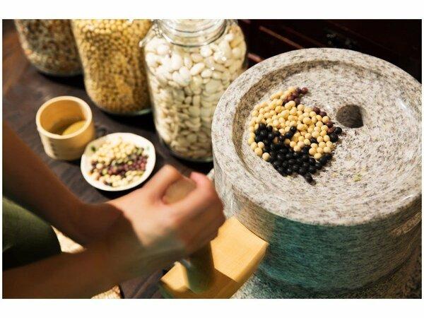 石臼で挽くきな粉作り体験