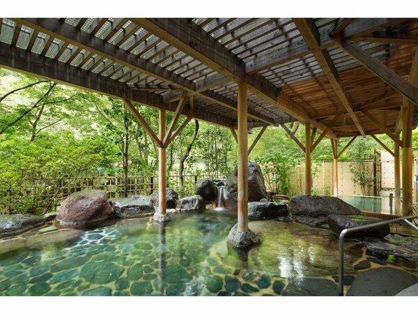 渓流沿いにある大浴場。渓流のせせらぎに耳を傾けながら、四季の移ろいをお楽しみください。