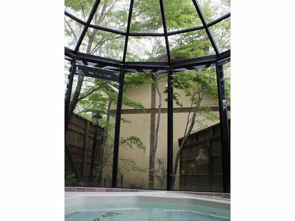 貸切できるガーデン風呂(無料)。建物の半分がガラス張りで、木漏れ日がまぶしい。ゆったり感がうれしい