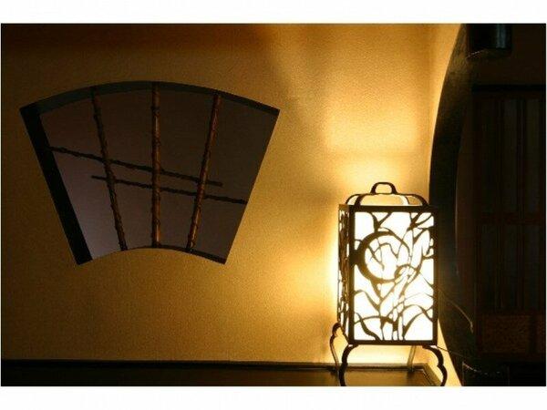 館内には優しく照らすアンティークの行灯が・・・