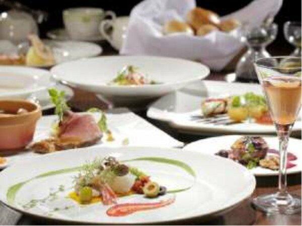 夕食はフレンチフルコースのご用意。解放感のあるレストランで軽井沢の風を感じて下さい