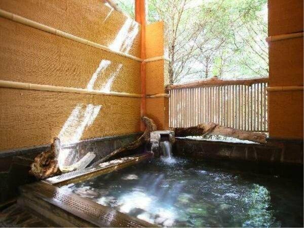 【露天風呂】木漏れ日が降り注ぐ露天風呂。小鳥のさえずりが心地良く、四季折々の風情が楽しめます。