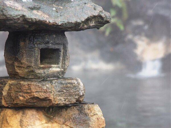 【温泉】男性用野天風呂。脚を伸ばして自然との一体感を楽しみましょう。