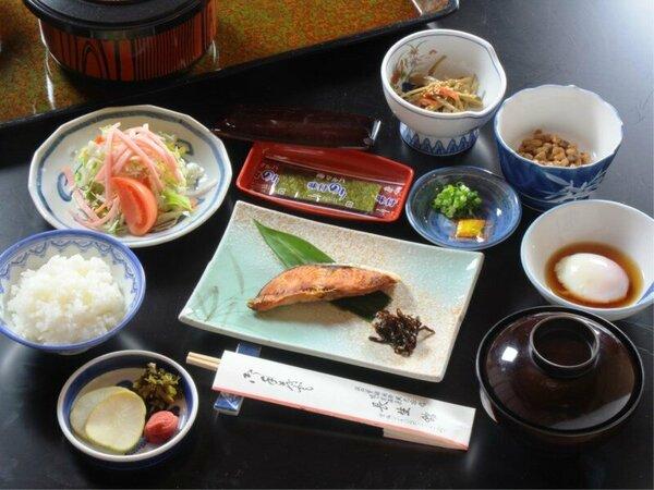 【朝食】焼魚に温泉玉子、地物コシヒカリのごはんなどをお部屋でゆっくりと。