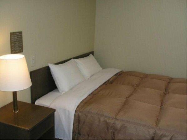 ダブルルーム:入室時、壁側にルームキーを差し込むと電気が付きます。