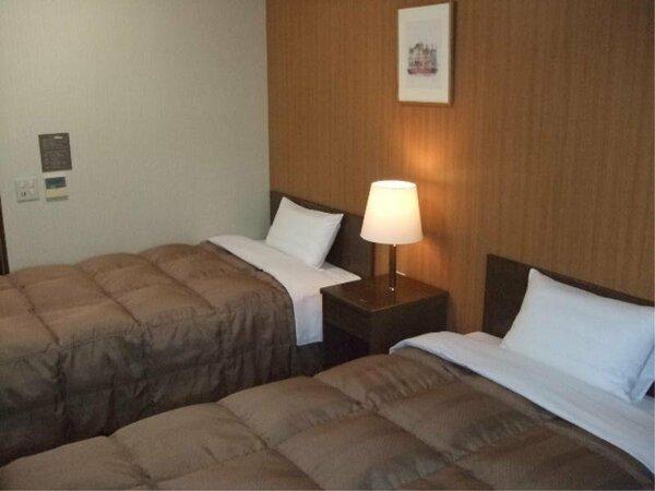 ツインルーム:入室時、壁側にルームキーを差し込むと電気が付きます。