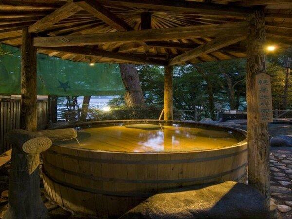 混浴露天風呂/大樽風呂 大樽に入ったときに溢れでるお湯の音が温泉気分を盛り上げてくれます。